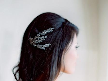 Tóc cưới đẹp uốn nhẹ thả tự nhiên cài phụ kiện hình lá