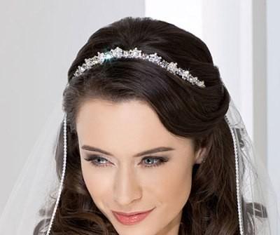 Tóc cưới đẹp uốn lọn rẽ ngôi lệch điểm băng đô lấp lánh