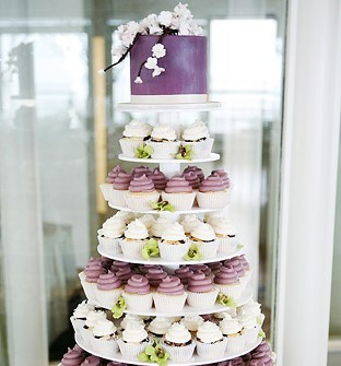 Bánh cưới đẹp chín tầng tạo từ cupcake lãng mạn