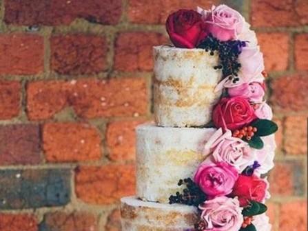 Bánh cưới đẹp thiết kế cổ điển kết hoa tươi dáng thác đổ