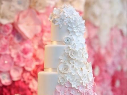 Bánh cưới đẹp tông trắng phủ ngàn hoa xinh