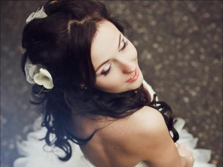 Tóc cô dâu đẹp kiểu xoăn dài đính hoa trắng