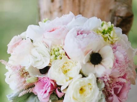 Hoa cưới cầm tay kết từ hoa cát tường đủ sắc