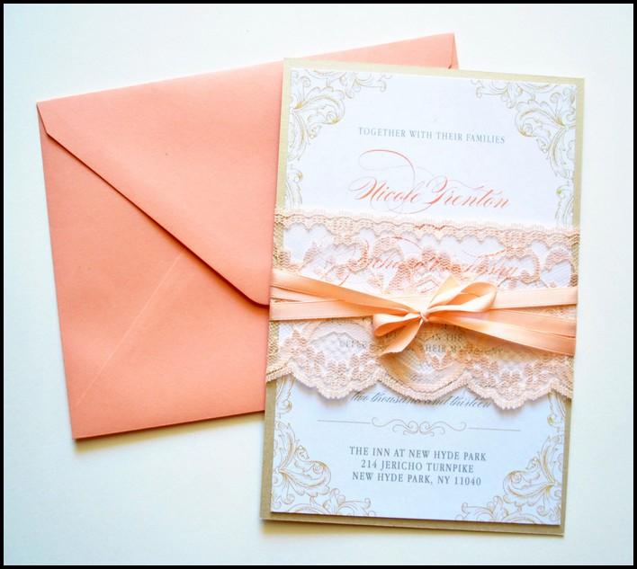 Thiệp cưới đẹp màu hồng đào phối ren và ruy băng xinh xắn