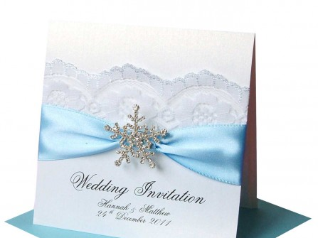 Thiệp cưới đẹp phối ren và phụ kiện đá bông tuyết