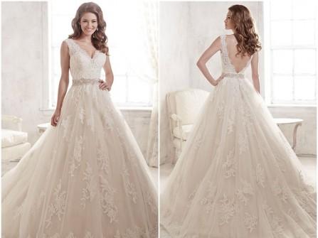 Váy cưới đẹp xòe chữ A lưng xẻ sâu ấn tượng