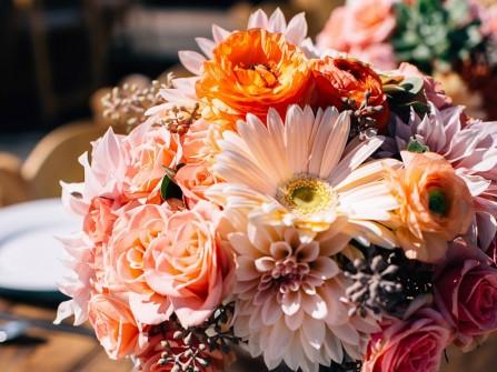 Hoa trang trí bàn tiệc dạng tròn gam hồng cam