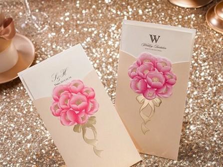 Thiệp cưới đẹp màu trắng kem điểm hoa trà