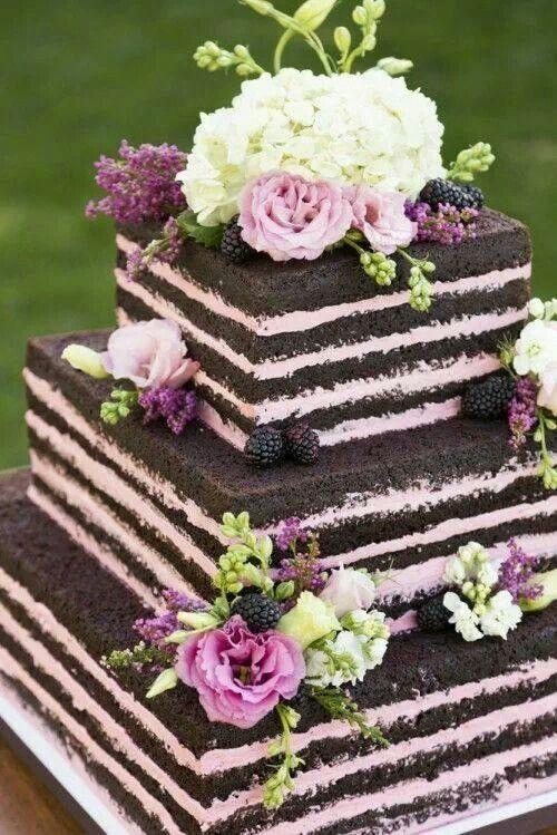 Bánh cưới đẹp dạng vuông trang trí dâu tằm, hoa tươi