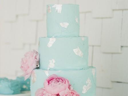 Bánh cưới đẹp tông xanh pastel điểm mẫu đơn hồng