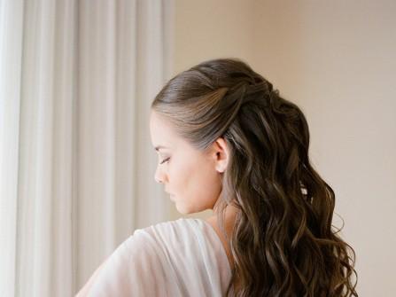 Tóc cưới đẹp uốn lọn tết bím thả tự nhiên