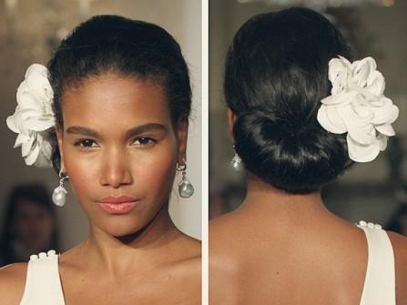 Tóc cô dâu cài hoa sen trắng đẹp tinh tế