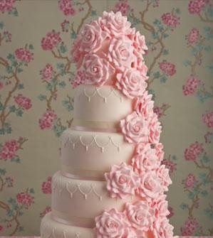 Bánh cưới lãng mạn 5 tầng với suối hoa hồng tuôn chảy