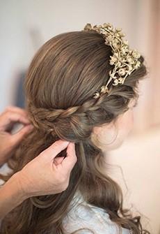 Tóc cô dâu thắt bím cài vòng hoa khô