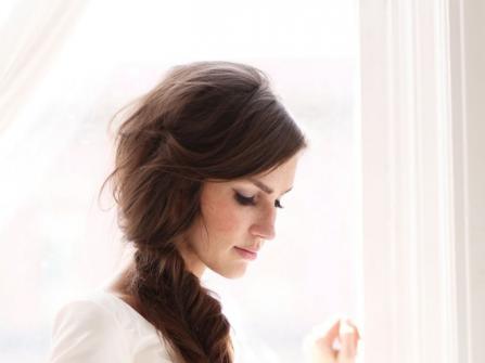Tóc cô dâu đẹp dịu dàng với kiểu thắt bím lệch