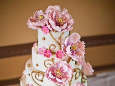 Bánh cưới hoa mẫu đơn hồng nở rộ
