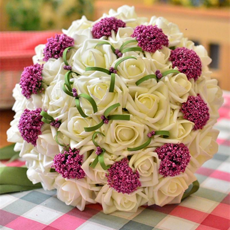 Hoa cưới cầm tay cô dâu hai màu trắng và tím
