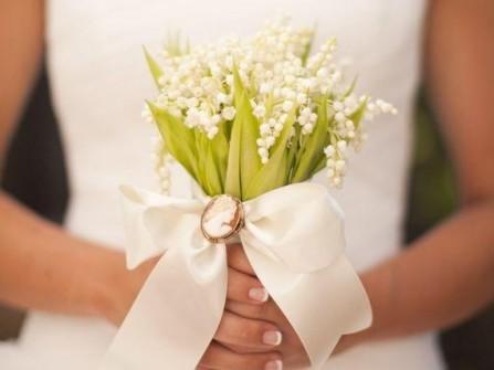 Hoa cưới cầm tay cho cô dâu kết từ hoa linh lan trắng