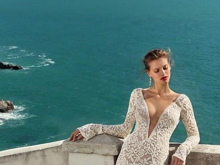 Váy cưới đẹp cổ chữ V xẻ sâu hút hồn của Michal Medina