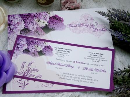 Thiệp cưới đẹp màu tím in họa tiết hoa tử đinh hương