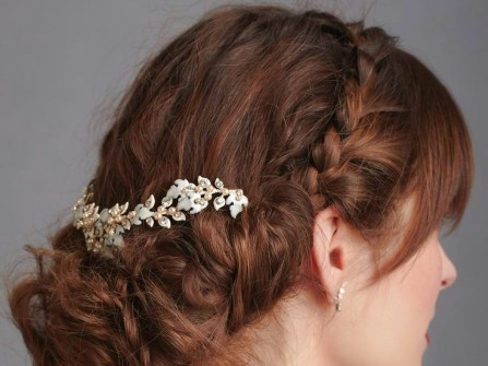 Tóc cưới đẹp tết mái kiểu vương miện kết hợp phụ kiện đá