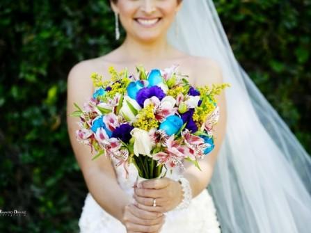 Hoa cưới cầm tay cô dâu có màu xanh rực rỡ