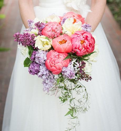 Hoa cầm tay cô dâu kết từ mẫu đơn và tử đinh hương