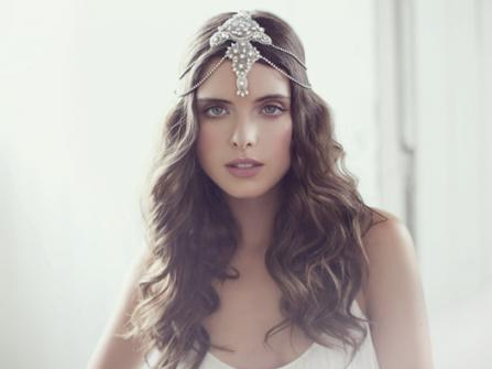Tóc cưới đẹp uốn lọn xõa dài kết hợp phụ kiện cổ điển