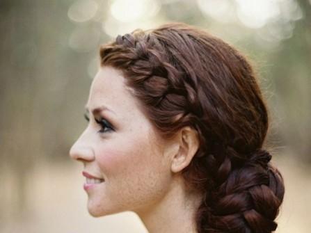 Tóc cưới đẹp thắt bím mái và búi gọn sau gáy
