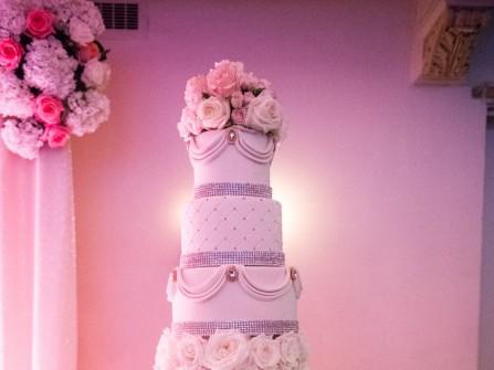 Bánh cưới đẹp lộng lẫy nhiều tầng kết hoa tươi và đính đá