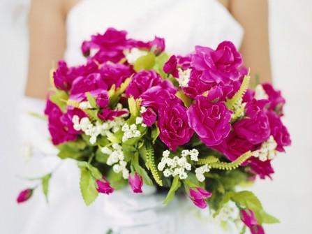 Hoa cầm tay cô dâu kết từ hoa hồng fuschia sang trọng
