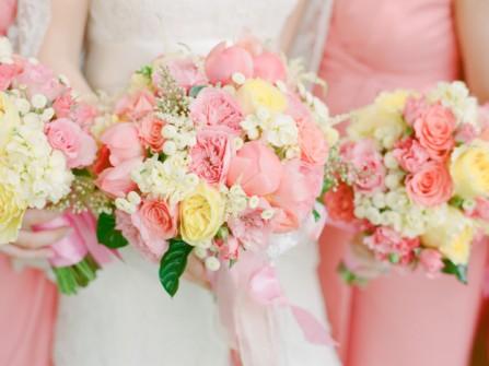 Hoa cưới cầm tay màu hồng đào ngọt ngào cho cô dâu