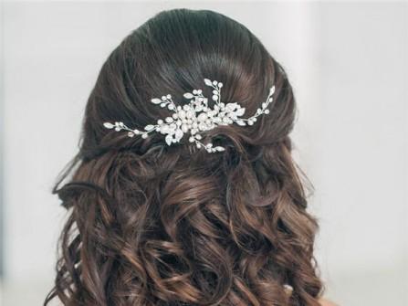 Tóc cưới đẹp uốn lọn xõa dài kết hợp phụ kiện đá