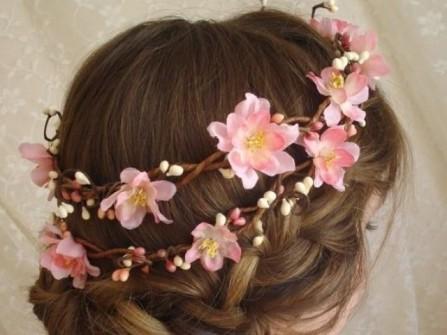 Tóc cô dâu đẹp thắt bím kết hợp vòng hoa anh đào