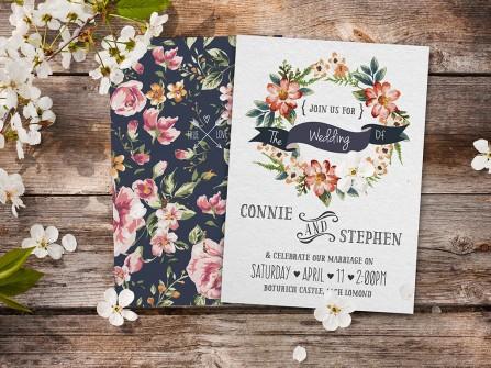 Thiệp cưới đẹp in họa tiết hoa nổi bật trên nền xanh navy