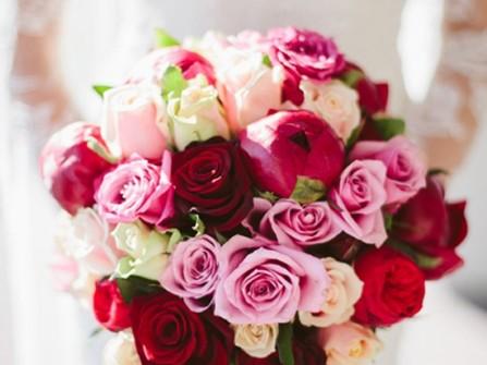 Hoa cầm tay cô dâu ngọt ngào kết từ hoa hồng và mẫu đơn