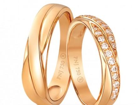 Nhẫn cưới vàng kết hạt đá sóng đôi tinh tế