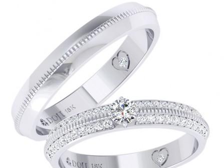 Nhẫn cưới vàng trắng viền kim cương, khắc hình trái tim