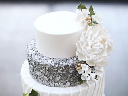 Bánh cưới đẹp màu trắng phối bạc trang trí hoa đường
