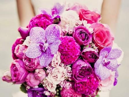 Hoa cầm tay cô dâu màu hồng tím kết từ hoa lan, mẫu đơn