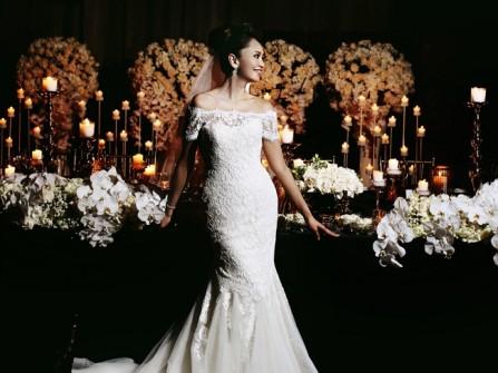 Hoa trang trí tiệc cưới kết từ hoa lan, hoa hồng trắng thanh lịch
