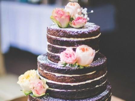 Bánh cưới đẹp nhiều tầng, vị chocolate, kết hoa tươi lãng mạn