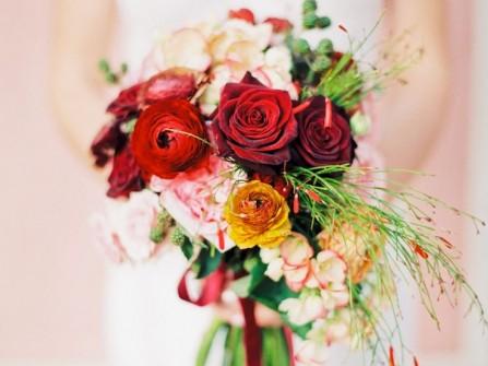 Hoa cầm tay cô dâu đơn giản kết từ hoa hồng đỏ nhung
