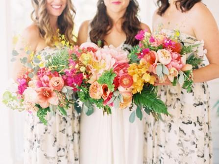 Hoa cầm tay cô dâu đẹp rực rỡ sắc màu mùa hè