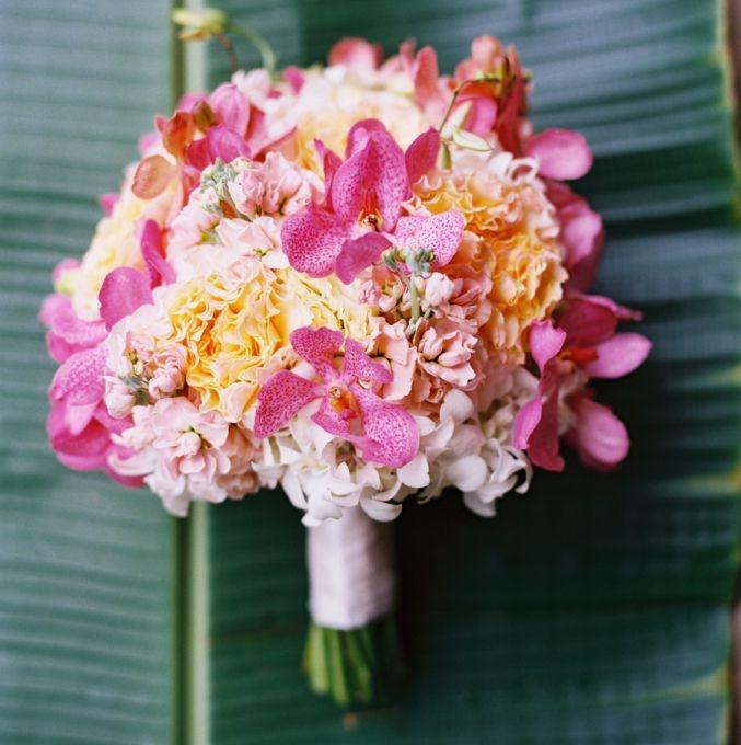 Hoa cầm tay cô dâu kết từ hoa cẩm chướng và hoa lan