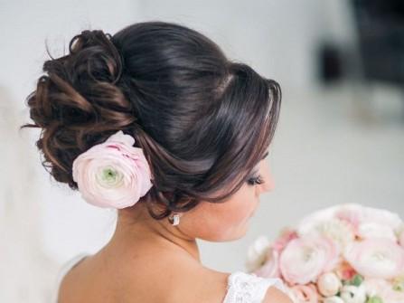 Tóc cưới đẹp uốn lọn búi cao cài hoa mao lương thanh lịch