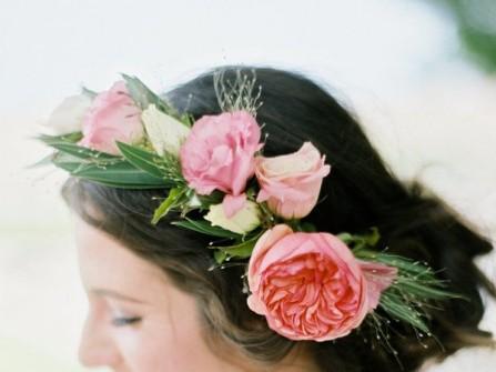 Tóc cưới đẹp búi trễ phối vòng hoa mẫu đơn tươi trẻ