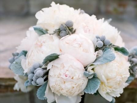 Hoa cầm tay cô dâu kết từ hoa mẫu đơn trắng kết lá bạc