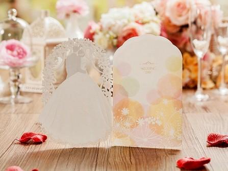 Thiệp cưới đẹp cắt laser họa tiết cô dâu chú rể ngọt ngào
