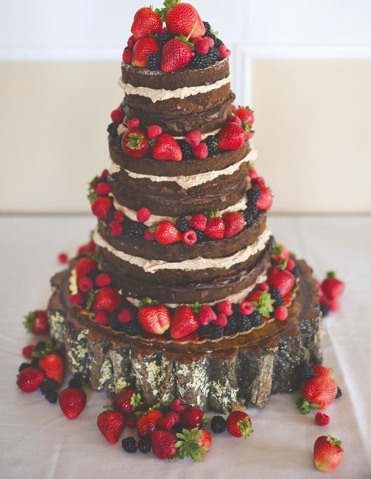 Bánh cưới đẹp vị chocolate phủ các loại dâu tươi